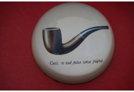 PMAG3 SULFURE PRESSE PAPIER  MAGRITTE CECI N EST PAS UNE PIPE  PAPERWEIGHT 1929